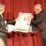 Werudo und Frau Oehme mit dem Abendblatt
